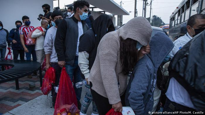 Foto de migrantes guatemaltecos deportados