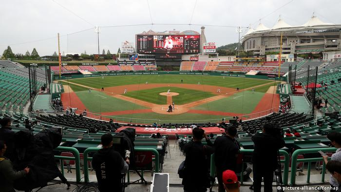 South Korea's new baseball season opening game between the SK Wyverns and the Hanwha Eagles starts at a ballpark in Incheon, west of Seoul, on May 5, 2020. (picture-alliance/Yonhap)