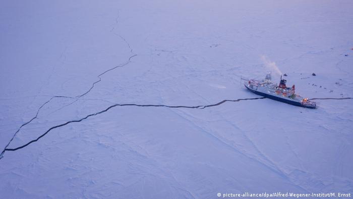 Ungewöhnliche Zweisamkeit: Die Polarstern liegt eingefroren im Eis der Zentralarktis