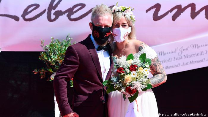 Deutschland Düsseldorf | Coronavirus | Hochzeit im Autokino
