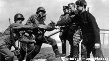 Deutschland Amerikanische und russische Soldaten treffen sich bei Torgau