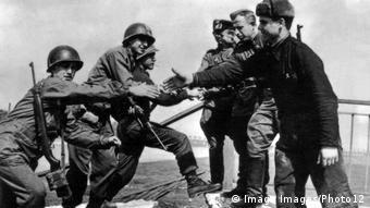 Deutschland Amerikanische und russische Soldaten treffen sich bei Torgau (Imago Images/Photo12)