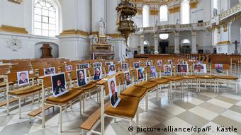 Φωτογραφίες των μελών της ενορίας στον κενό ναό της μονής Βίμπλινγκεν