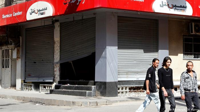 Syrien Daraa | Regierung | Menschen demonstrieren (Reuters/K. Al Hariri)