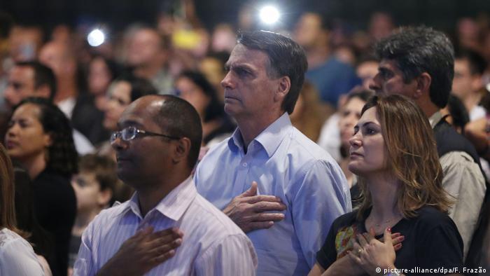 Bolsonaro e sua esposa Michelle durante um culto no Rio de Janeiro