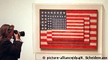 Drei Flaggen ist der Titel der Enkaustik - einer Form der Wachsmalerei - auf Leinwand, die der amerikanische Künstler Jasper Johns geschaffen hat. Zu sehen ist das Werk aus dem Jahr 1958 in einer Retrospektive mit über 200 Gemälden und Collagen, Grafiken und Skulpturen, die am 8.3.1997 im Kölner Museum Ludwig eröffnet wurde. Die Arbeiten Jasper Johns waren zunächst im New Yorker Museum of Art gezeigt worden, in Köln bleibt sie bis zum 1.6. geöffnet und ist anschließend in Tokio zu sehen (Aufnahme vom 7.3.1997). | Verwendung weltweit