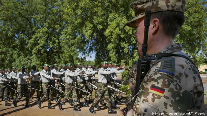 Ein Bundeswehr-Soldat mit malischen Kollegen im Trainingscenter in Koulikoro (Foto: Imago Images/photothek/T. Wiegold)