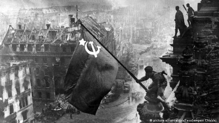 Zdobyty Reichstag z sowiecką flagą