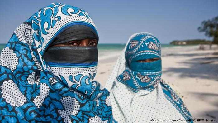 Tanzanian women with face veils (picture-alliance/imageBROKER/M. Moxter)