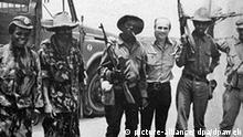 Der polnische Journalist und Autor Ryszard Kapucinski (3.v.r.) im Juni 1989 mit Kämpfern in Angola in Afrika. Kapuscinski berichtete u.a.von 1962 bis 1867 als Korrespondent der polnischen Nachrichtenagentur (PAP) aus Afrika und von 1967 bis 1972 aus Lateinamerika. Er erhielt zahlreiche internationale Literaturpreise. Foto: PAP/CAF/Ryszard Kapuscinski +++(c) dpa - Report+++