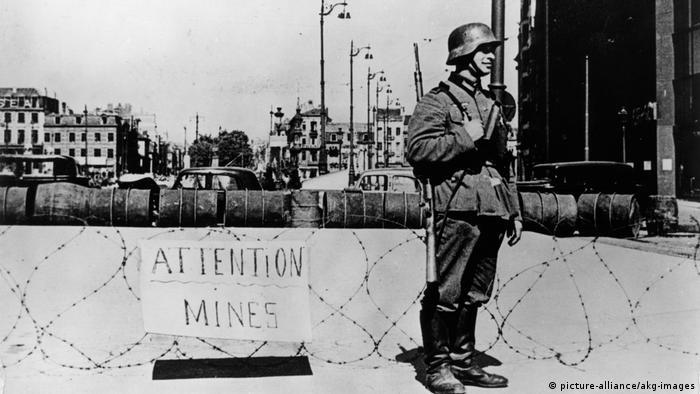 Brüssel | Wehrmachtsoldaten vor Deutschem Posten vor Minensperre 1940