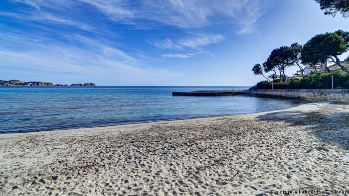 Empty sandy beach with rock outcrops and pine trees on Paguera beach, Mallorca (picture-alliance/dpa/T. Reiner)