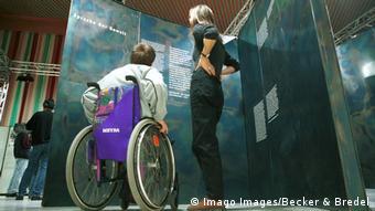 Посетители выставки Преступления вермахта (Саарбрюкен, 1999 год)