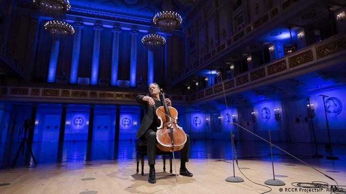 Mann mit Cello auf der Bühne