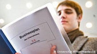 Student mit Businessplan Gründerwerkstatt Uni Witten-Herdecke