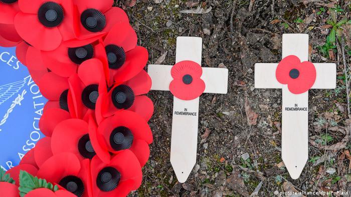 Holzkreuze und ein Kranz aus Mohnblumen als Gedenken der Royal Air Force in Brandenburg