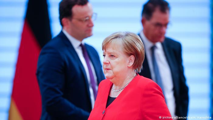 La canciller Angela Merkel y los líderes de los estados federados anunciaron el alivio de algunas restricciones y el prolongamiento del distanciamiento social hasta el 5 de junio dentro de la lucha contra la pandemia de COVID-19. Se podrá salir en grupos de dos familias y de más de dos personas. Las tiendas ya no tendrán que limitar su área a 800 metros cuadrados (06.05.2020).