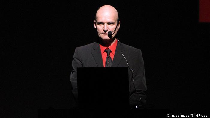 El músico alemán Florian Schneider-Esleben, fundador de la mítica banda de música electrónica Kraftwerk, murió en Berlín a los 73 años a consecuencia de un cáncer. Grupo vanguardista y actor muy influyente en el arte contemporáneo, Kraftwerk ganó el exclusivo premio Grammy a la carrera artística (06.05.2020).
