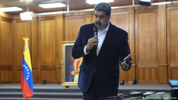Nicolas Maduro speaks over equipment he says was used in a botched raid to capture him (picture-alliance/AP Photo)