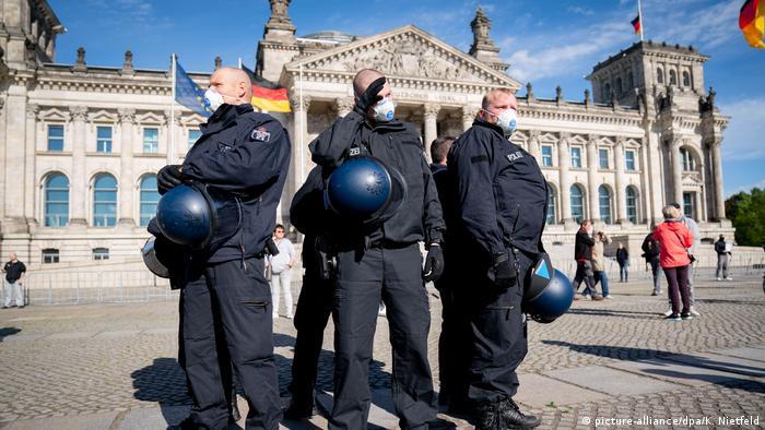 Deutschland Corona-Pandemie   Demo gegen Impfpflicht vor dem Reichstag