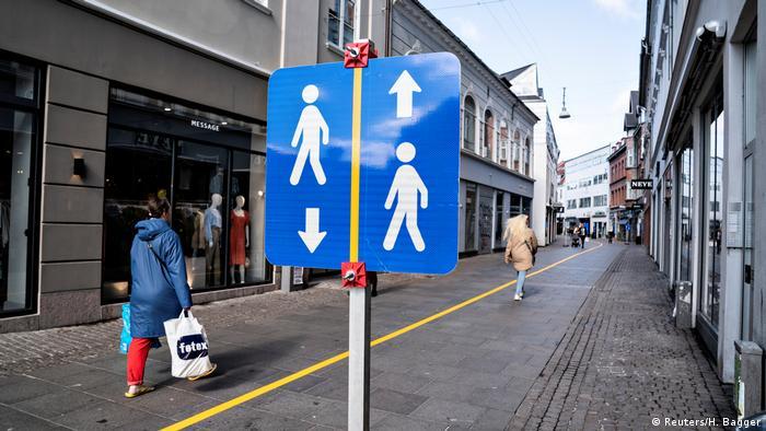 Люди в Ольборге идут по размеченным дорожкам
