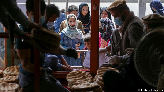 Афганцы у пункта выдачи хлеба в Кабуле