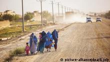 Afghanische Frauen und ihre Kinder auf der Straße nach Parwan