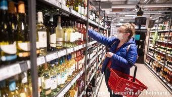 Στα ράφια των σούπερ μάρκετ βρίσκει κανείς όλο και περισσότερα κρασιά από τον ευρωπαϊκό βορρά