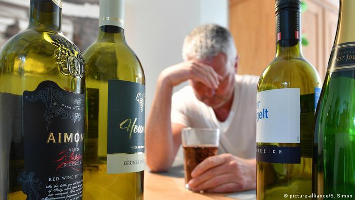 Мужчина на фоне винных бутылок