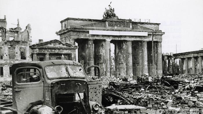Площадь перед Бранденбургскими воротами в мае 1945 года