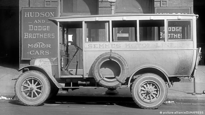 A Semmes Motor Line van in front of a Hudson and Dodge Brothers dealer in 1920