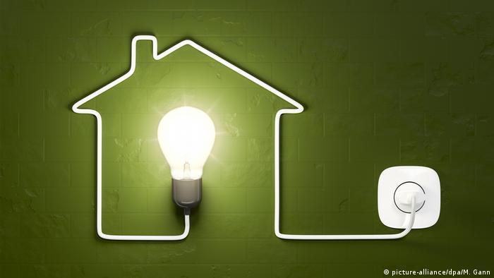 Символическое изображение дома с подключенной к сети лампочкой
