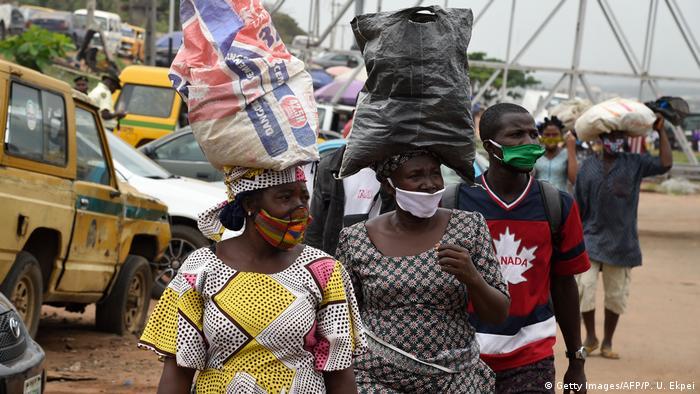 Vendedoras de rua com máscaras protetoras na Nigéria
