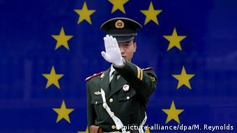 Chinesischer Polizist vor EU-Flagge (picture-alliance/dpa/M. Reynolds)