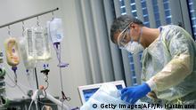 Deutschland Magdeburg | Arzt versorgt Coronapatienten
