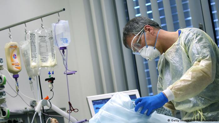 Deutschland Magdeburg   Arzt versorgt Coronapatienten (Getty Images/AFP/R. Hartmann)