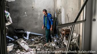 Des habitants de Tripoli sur les ruines de leur maison détruite dans des combats en mai 2020