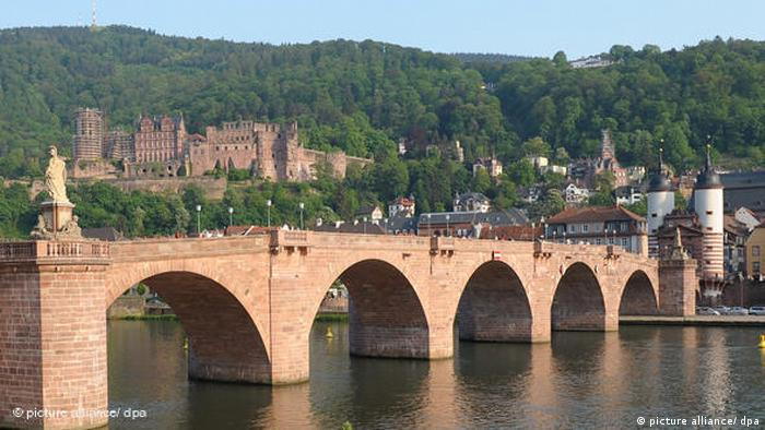 heidelberg with bridge and castle ruins h (picture alliance/ dpa)