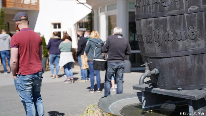 Moradores fazem fila para pegar cerveja de graça em Willinge