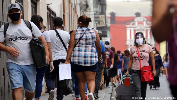 Peru Corona-Pandemie Menschen mit Mundschutz auf der Straße in Lima