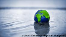 Symbolbild Klimawandel | Erdkugel im Wasser