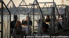2020-05-05 21:14:05 AMSTERDAM - Das Abendessen wird während eines Testabends in sogenannten Quarantänegewächshäusern eingenommen. Die Kulturinstitution Mediamatic möchte, dass die Gäste in den Gewächshäusern Koronasicher essen. ANP ROBIN VAN LONKHUIJSEN |