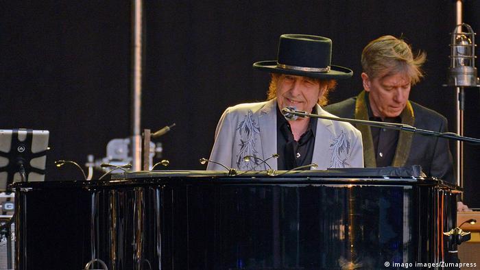 Sänger Bob Dylan sitzt am Klavier während eines Konzerts in London 2019