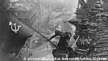 Sowjetflagge auf Reichstagsgebaeude 1945 - -