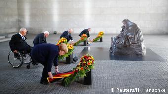 Merkel depositou coroa de flores em memorial em Berlim