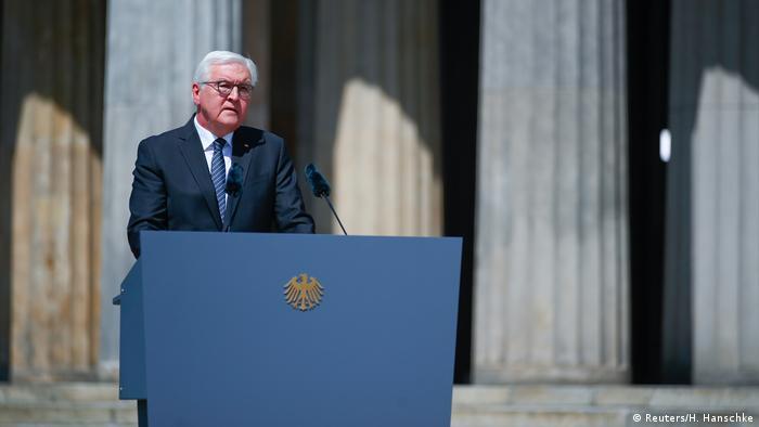 Frank-Walter Steinmeier discursa diante do memorial Neue Wache em Berlim. De forma inédita e excepcional, a capital tem feriado nesta sexta-feira, 8 de maio de 2020, 75 anos após o fim da Segunda Guerra Mundial