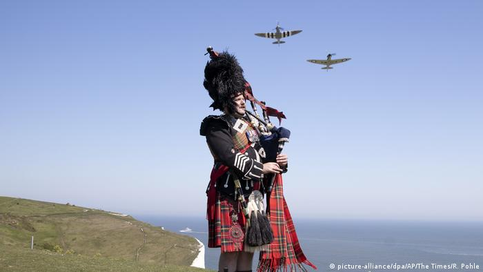 Bagpipes dover VE day (picture-alliance/dpa/AP/The Times/R. Pohle)