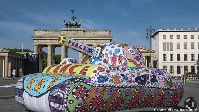 Резиновый танк в центре Берлина