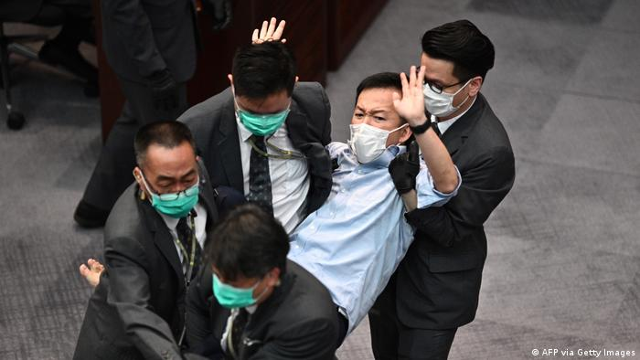 Hongkong | Tumult im Parlament (AFP via Getty Images)