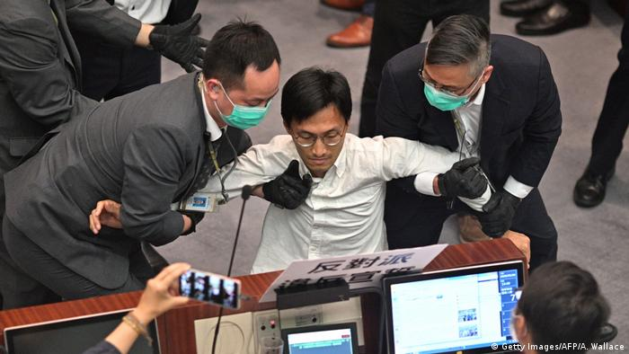 Hongkong | Tumult im Parlament (Getty Images/AFP/A. Wallace)